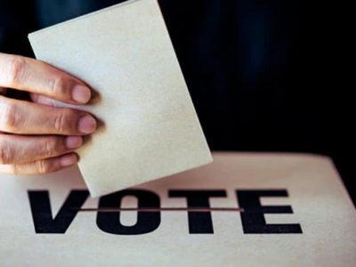 Persona ejerciendo el derecho al voto